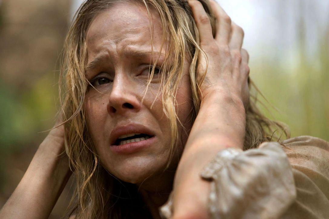 Gerät in die Hände einer Rebellenarmee: Missionarin Sarah (Julie Benz) ... - Bildquelle: Karen Ballard Nu Image Films