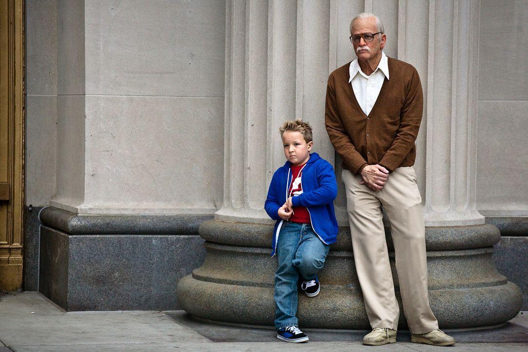 Der frisch verwitwete Irving Zisman (Johnny Knoxville, r.) soll seinen Enkel (Jackson Nicoll, l.), als dessen Mutter ins Gefängnis kommt, bei seinem... - Bildquelle: Sean Cliver MMXIII Paramount Pictures Corporation.  All Rights Reserved.