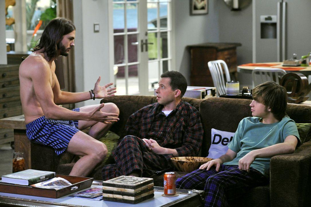 Männergespräch: Walden (Ashton Kutcher, l.), Alan (Jon Cryer, M.) und Jake (Angus T. Jones, r.) ... - Bildquelle: Warner Brothers Entertainment Inc.