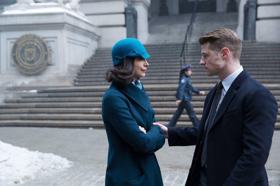 Ogre treibt in Gotham sein Unwesen, doch sind Gordon (Ben McKenzie, r.) und Leslie Thompkins (Morena Baccarin, l.) dadurch in Gefahr? - Bildquelle: Warner Bros. Entertainment, Inc.
