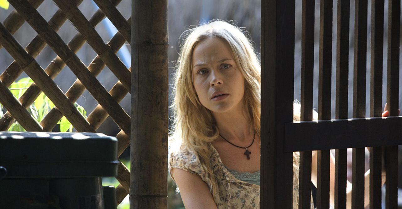 Will unbedingt in einen Bürgerkriegsgebiet: Sarah (Julie Benz) ... - Bildquelle: Karen Ballard Nu Image Films