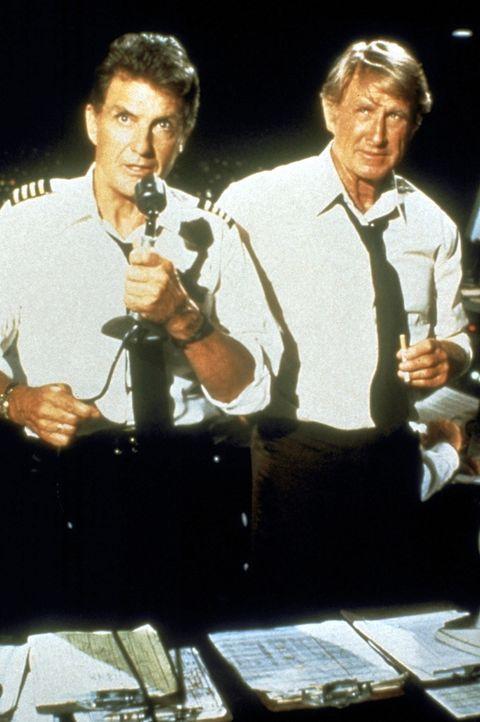 McCroskey (Lloyd Bridges, r.) und Kramer (Robert Stack, l.), die zwei von der Bodenkontrolle, versuchen, Ted bei der Landung behilflich zu sein ... - Bildquelle: Paramount Pictures