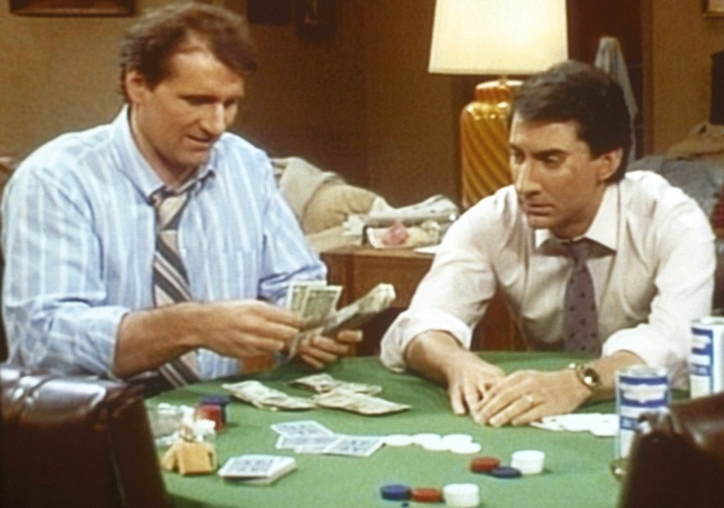Al (Ed O'Neill, l.) zockt Steve (David Garrison, r.) beim Pokern ab. - Bildquelle: Sony Pictures Television International. All Rights Reserved.