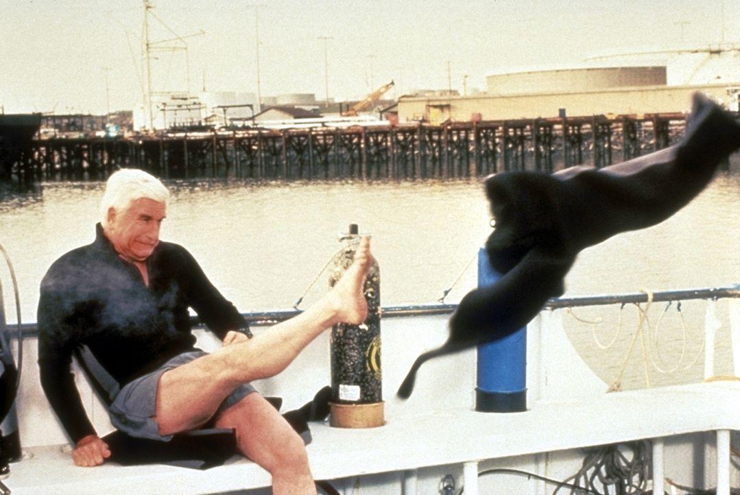 Da zieht's einem die Hosen aus: Der neue Fall macht selbst dem routinierten Frank (Leslie Nielsen) schwer zu schaffen ... - Bildquelle: United International Pictures