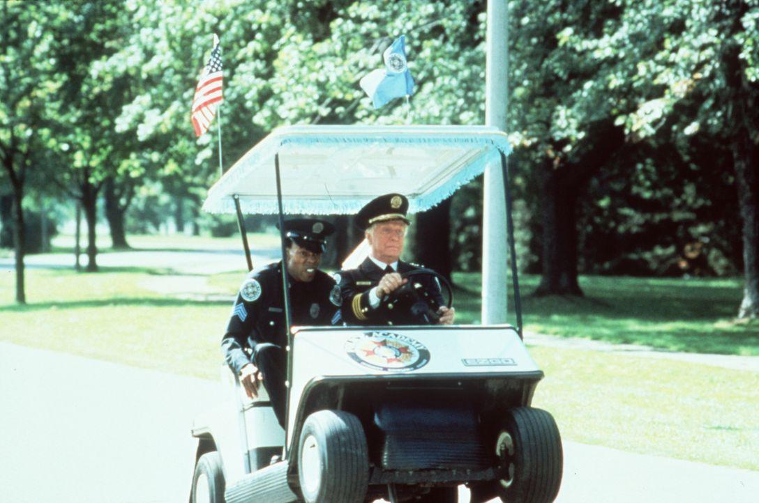 Notfall Jones (Michael Winslow, l.): Kommandant Lassard (George Gaynes, r.) unterbricht seine liebste Beschäftigung, das Golfspiel, nur höchst unger... - Bildquelle: Warner Bros.