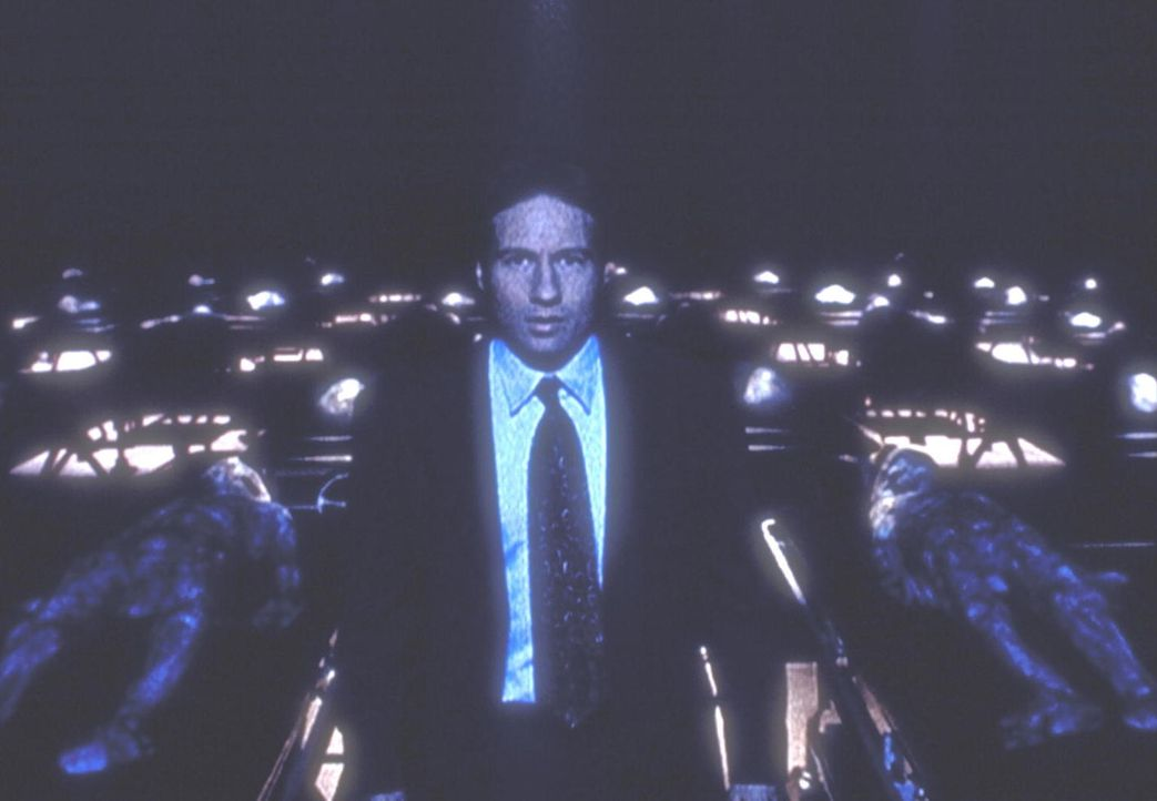 Mulder (David Duchovny) hat sich mit dem Ausweis eines CIA-Agenten in ein Geheimlabor des Pentagon eingeschlichen. - Bildquelle: TM +   Twentieth Century Fox Film Corporation. All Rights Reserved.