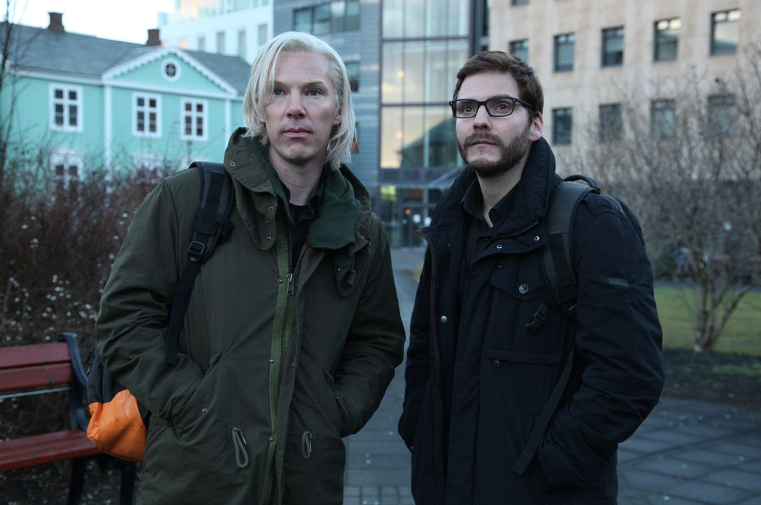 """Die Computerfreaks Daniel (Daniel Brühl, r.) und Julian (Benedict Cumberbatch, l.) geraten über Nacht mit ihrer Website """"WikiLeaks"""" ins Blickfeld de... - Bildquelle: 2013 - DreamWorks II Distribution Co., LLC. All Rights Reserved."""