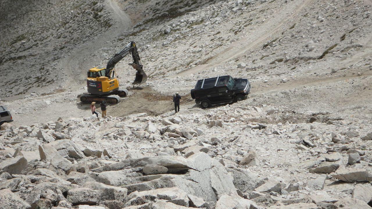 Die Cardwells setzen so große Hoffnungen in eine Stelle am Mount Antero, dass sie sich die Mühe machen, mit einem Bagger dorthin zu fahren ... - Bildquelle: High Noon Entertainment 2014