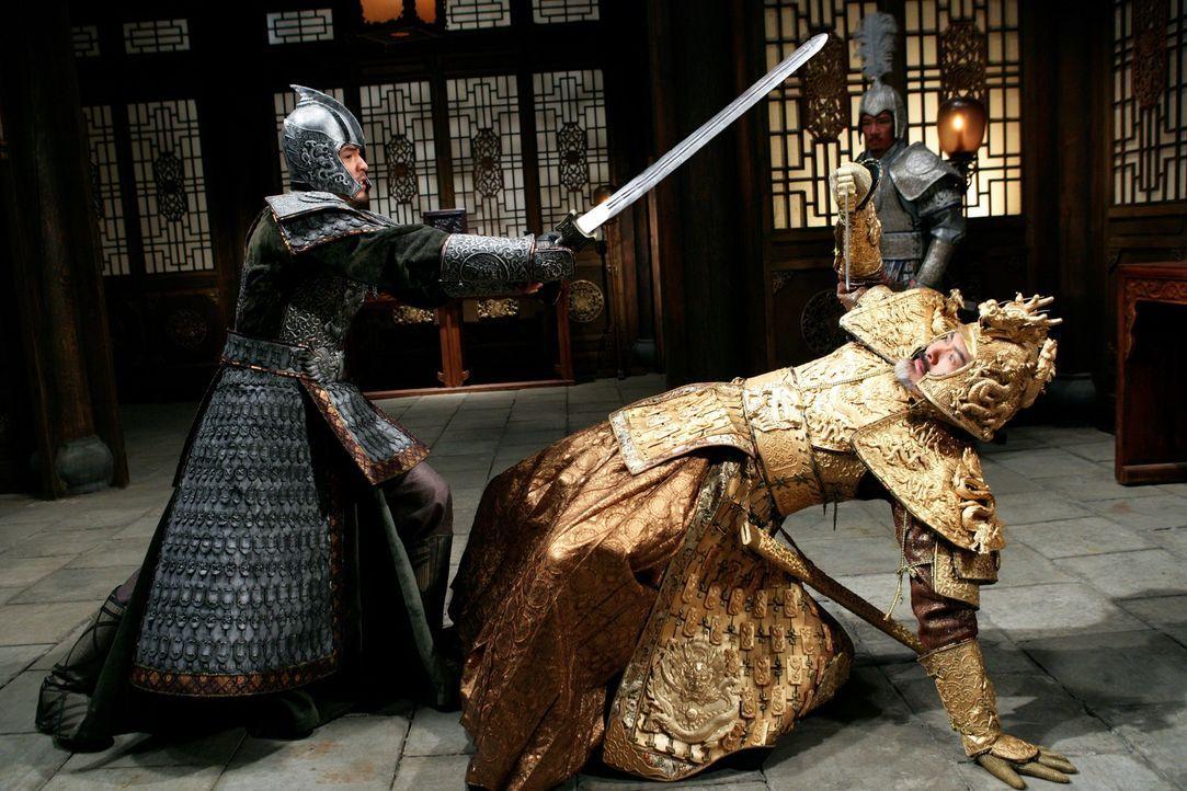 Prinz Wan (Ye Liu, l.) und sein Stiefvater, Kaiser Ping (Yun Fat Chow, r.), führen einen blutigen Kampf um den Thron ... - Bildquelle: TOBIS Film