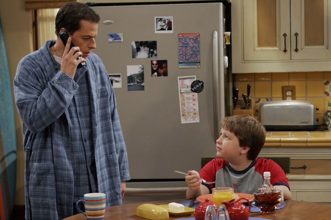 Jake (Angus T. Jones, r.) hat sich in seine Schulfreundin Wendy Cho verliebt und braucht deshalb von seinem Vater (Jon Cryer, l.) Geld für ein Gesch... - Bildquelle: Warner Brothers Entertainment Inc.
