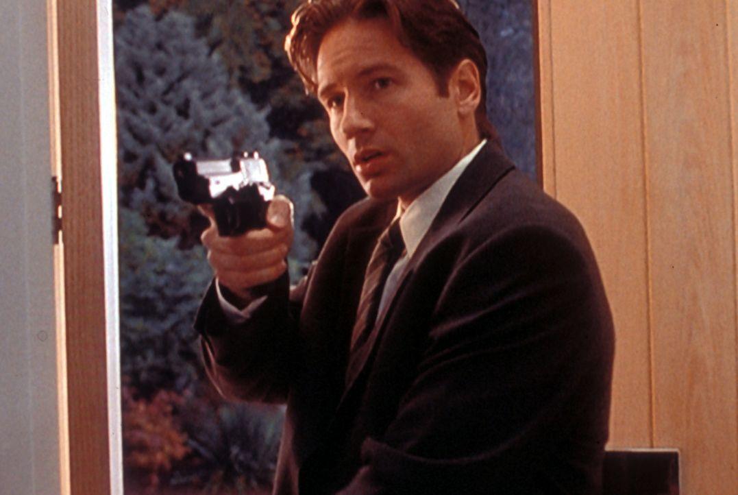 Mulder (David Duchovny) hält den Arzt einer Schönheitsklinik davon ab, seinen Patienten umzubringen. - Bildquelle: TM +   Twentieth Century Fox Film Corporation. All Rights Reserved.