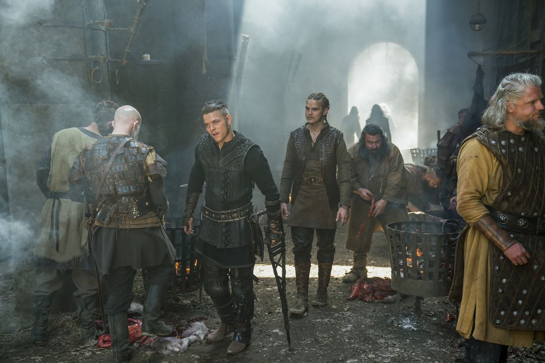 Während Bischoff Heahmund und die Sachsen zum nächsten Schlag gegen die Wikinger ansetzen, stellt Ivar (Alex Høgh Andersen, 2.v.l.) in York eine Str... - Bildquelle: 2017 TM PRODUCTIONS LIMITED / T5 VIKINGS III PRODUCTIONS INC. ALL RIGHTS RESERVED.