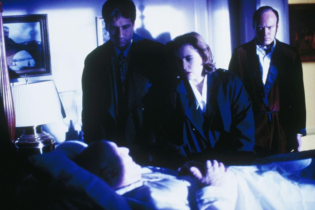 Mulder (David Duchovny, 2.v.l.) und Scully (Gillian Anderson, 2.v.r.) begleiten Samuel Hartley (Scott Bairstow, r.), der einen sehr alten Mann helfe... - Bildquelle: TM +   Twentieth Century Fox Film Corporation. All Rights Reserved.