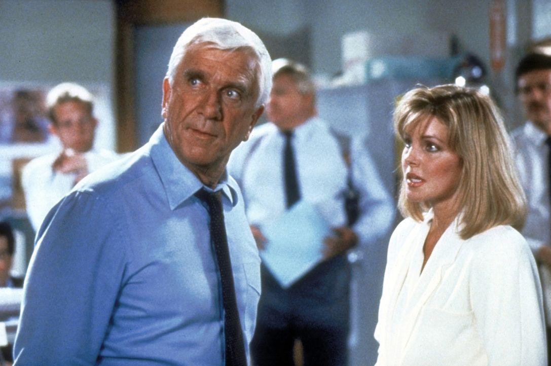 Polizeileutnant Frank Drebin (Leslie Nielsen, vorne l.) verliebt sich unsterblich in die Verdächtige Jane (Priscilla Presley, vorne r.) ... - Bildquelle: Paramount Pictures