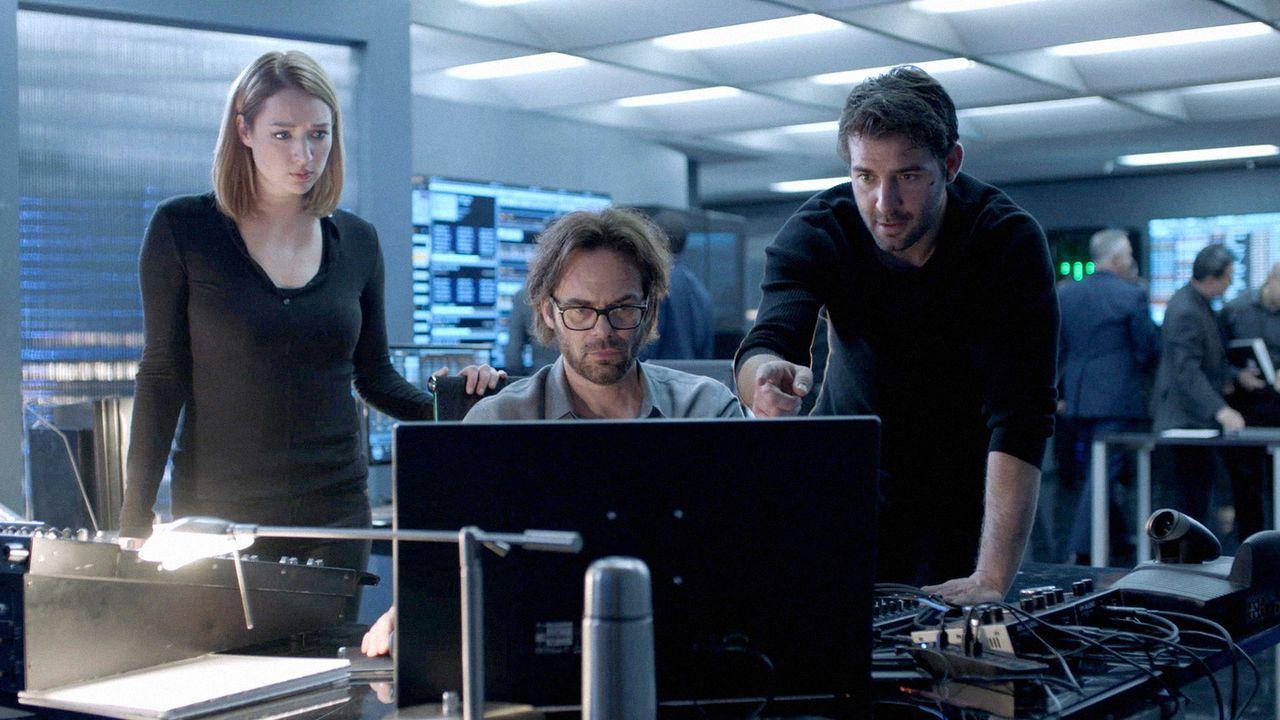 Jamie (Kristen Connolly, l.), Mitch (Billy Burke, M.) und Jackson (James Wolk, r.) müssen einen Weg finden, um die Hybriden abzuhalten, durch die Ba... - Bildquelle: 2017 CBS Broadcasting, Inc. All Rights Reserved