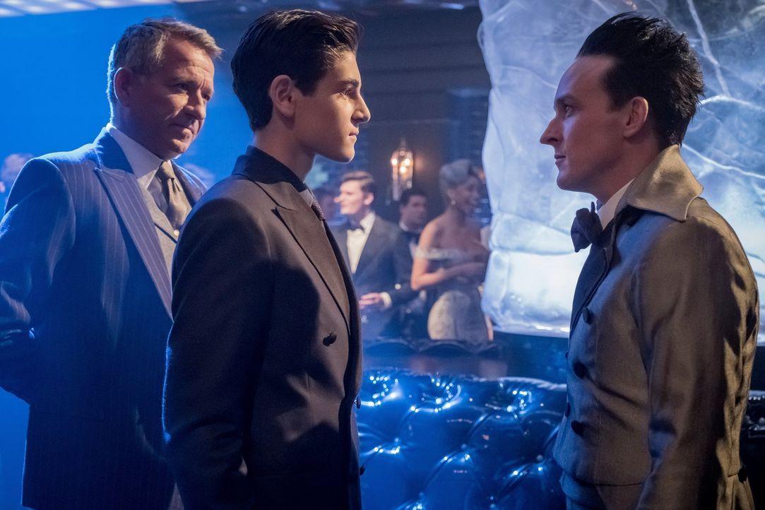 Alfred (Sean Pertwee, l.) und Bruce (David Mazouz, M.) stellen Pinguin (Robin Lord Taylor, r.) zur Rede, nachdem sie erkennen, dass dieser Kriminali... - Bildquelle: 2017 Warner Bros.