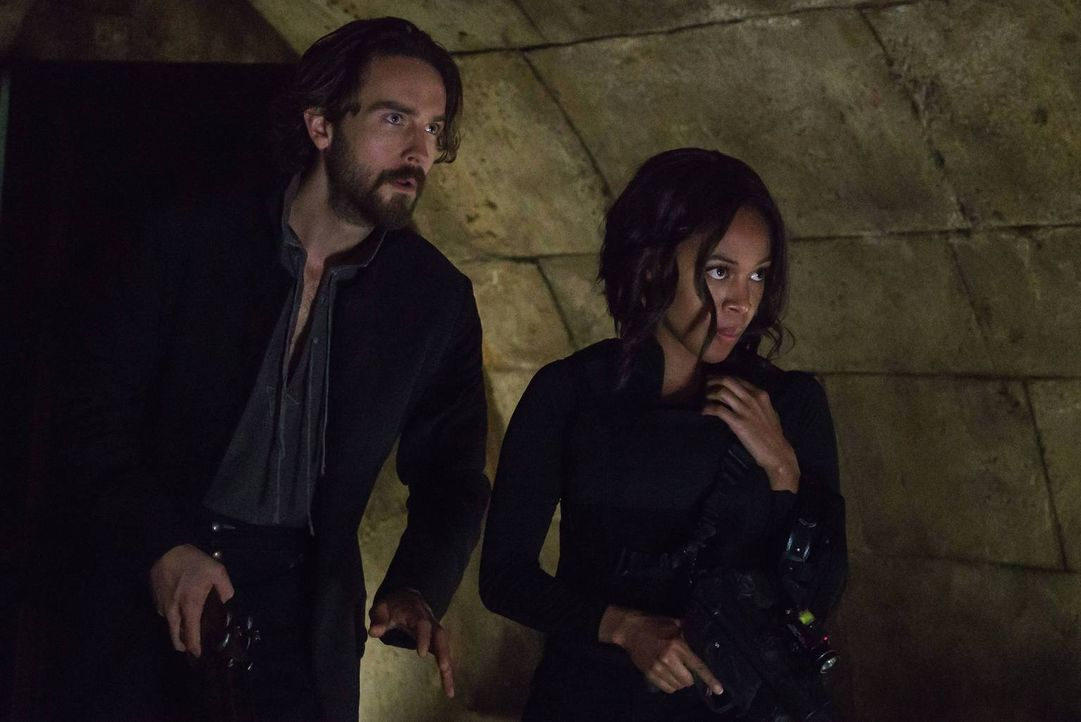 Crane (Tom Mison, l.), Abbie (Nicole Beharie, r.) und Joe versuchen, die Zeichen und Symbole zu deuten, die Jenny vor ihrem Verschwinden auf die Wän... - Bildquelle: 2015-2016 Fox and its related entities.  All rights reserved.