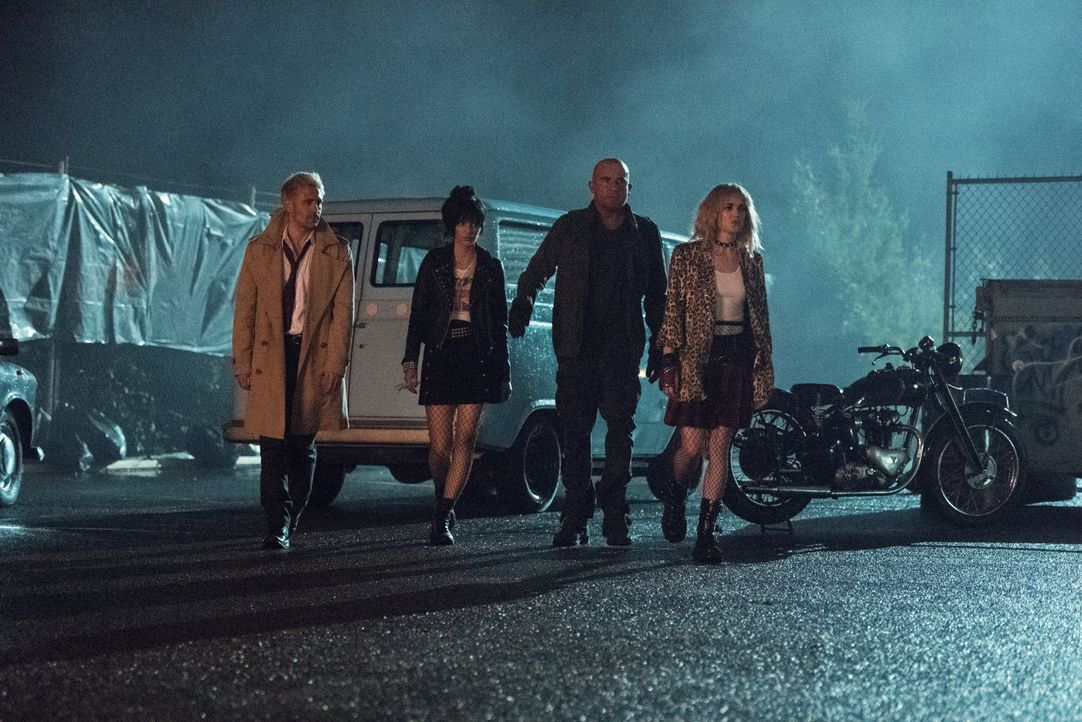 (v.l.n.r.) Constantine (Matt Ryan); Zari (Tala Ashe); Rory (Dominic Purcell); Sara (Caity Lotz) - Bildquelle: Dean Buscher 2018 The CW Network, LLC. All rights reserved. / Dean Buscher
