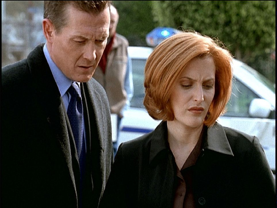 Scully (Gillian Anderson, r.) und Doggett (Robert Patrick, l.) begutachten eine Leiche, die fünf tiefe Löcher im Kopf hat. - Bildquelle: TM +   2000 Twentieth Century Fox Film Corporation. All Rights Reserved.