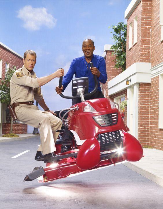 (3. Staffel) - In Eureka geht es ziemlich merkwürdig zu: Henry (Joe Morton, r.) und Jack (Colin Ferguson, l.) ... - Bildquelle: Universal Television