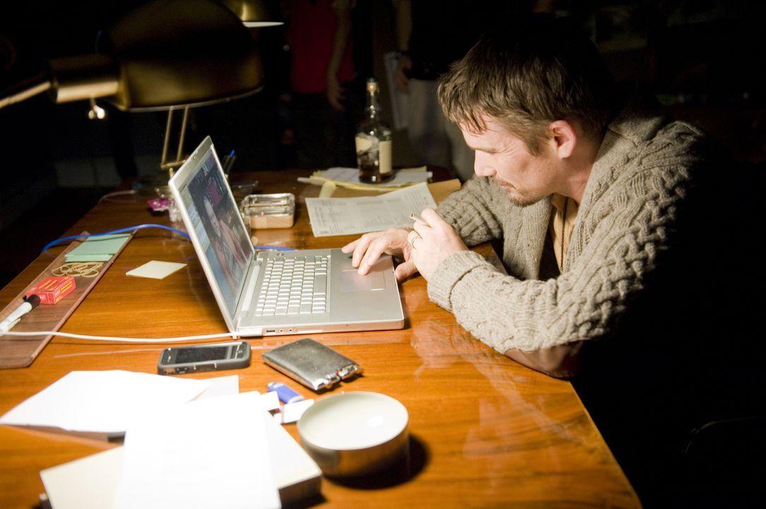Bei den Recherchen zu den Mordfilmen stößt Ellison (Ethan Hawke) auf ungeklärte Verbrechen, die alle eines gemeinsam haben: verschwundene Kinder ...... - Bildquelle: Phillip Caruso 2011 GAME CHANGE