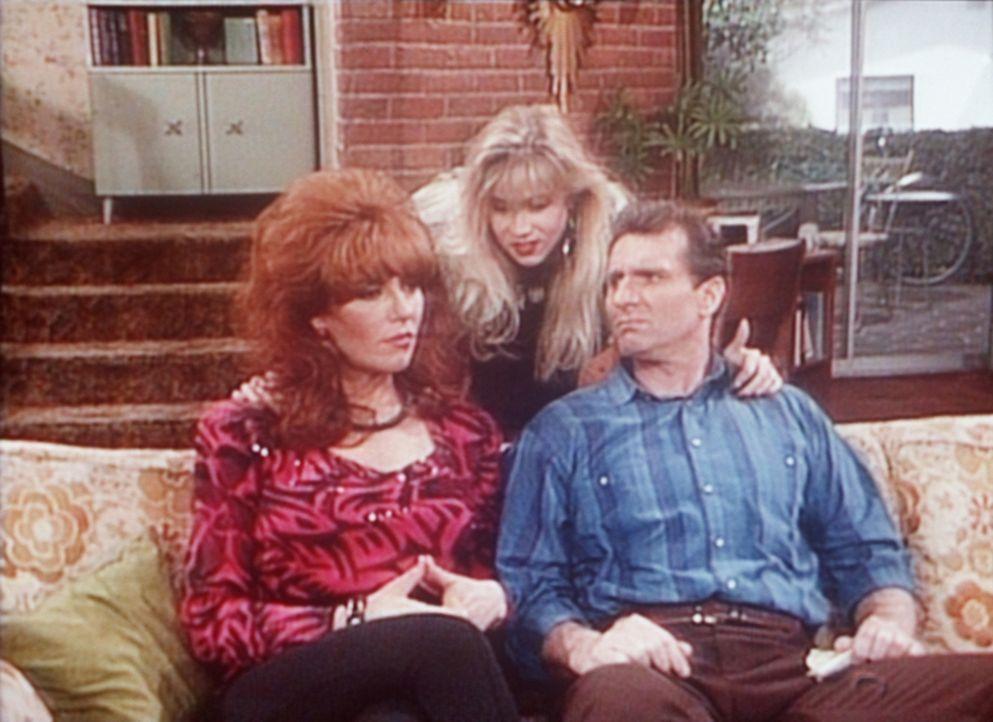 Kelly (Christina Applegate, M.) bittet Peggy (Katey Sagal, l.) und Al (Ed O'Neill, r.), eine Pyjamaparty im Haus feiern zu dürfen. - Bildquelle: Sony Pictures Television International. All Rights Reserved.