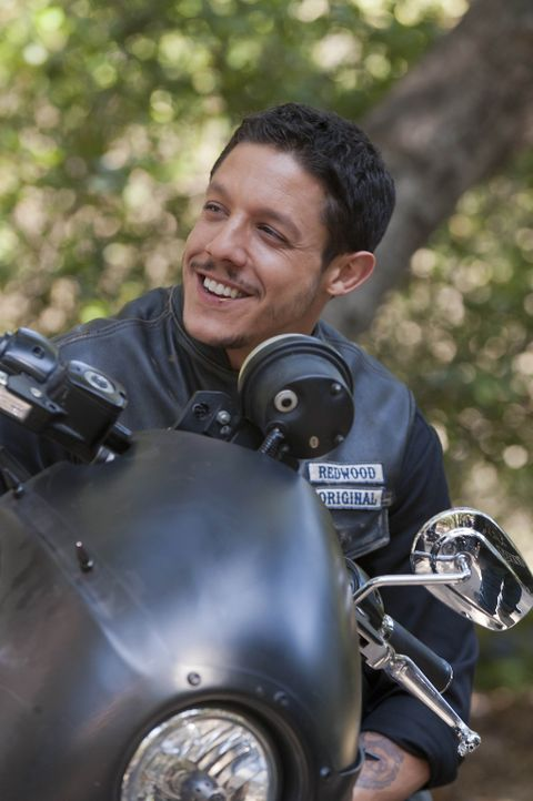Während Juice (Theo Rossi) und seine Kumpel im Knast saßen, hat sich in Charming einiges geändert ... - Bildquelle: 2011 Twentieth Century Fox Film Corporation and Bluebush Productions, LLC. All rights reserved.