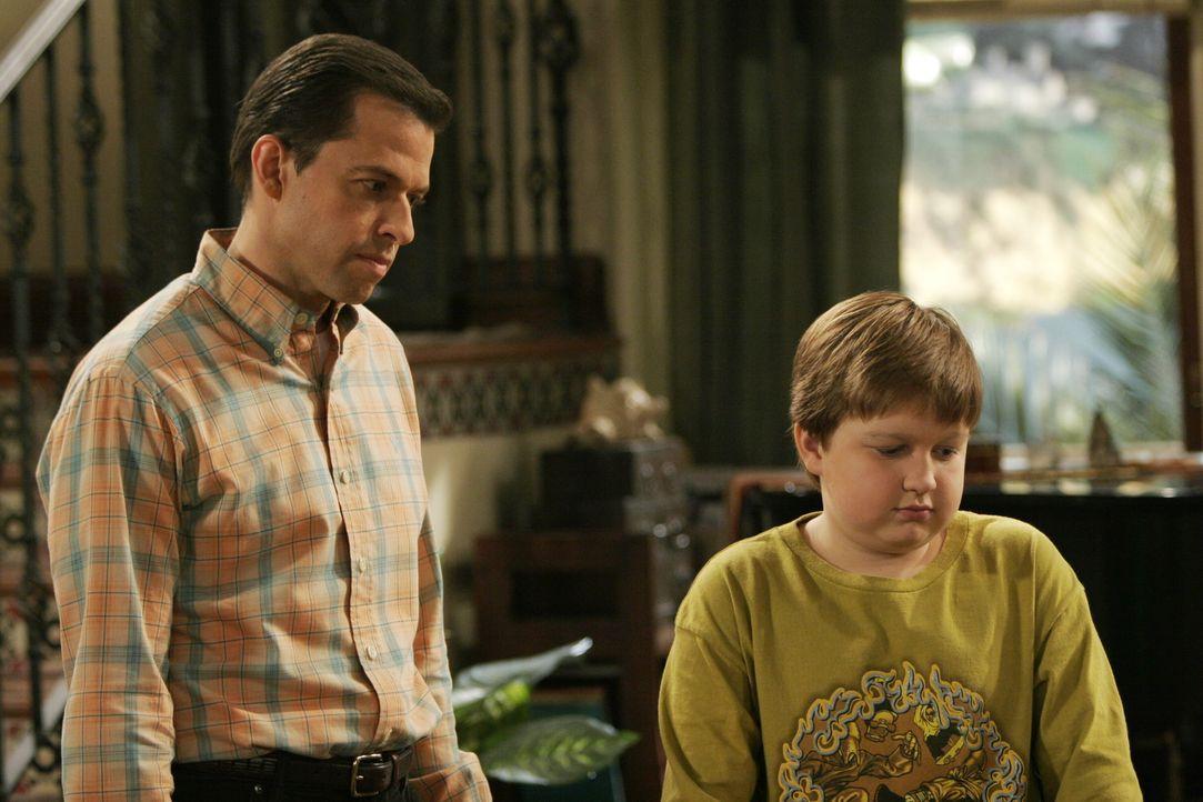 Nachdem Jake (Angus T. Jones, r.) vom Unterricht suspendiert wurde, bekommt er Ärger mit seinem Vater Alan (Jon Cryer, l.) ... - Bildquelle: Warner Brothers Entertainment Inc.