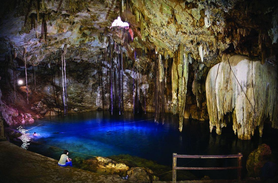 In die Cenote Dzitnup auf Yucatan gelangt kein natürliches Licht. Das ermöglicht den Besuchern ein besonderes Badeerlebnis ... - Bildquelle: 2016, The Travel Channel, L.L.C. All Rights Reserved.
