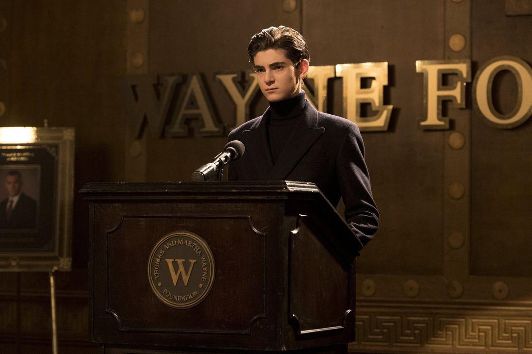 Während Bruce (David Mazouz) einen Schritt auf Alfred zugeht, will Sofia endgültig die Macht über Gotham City übernehmen ... - Bildquelle: 2017 Warner Bros.