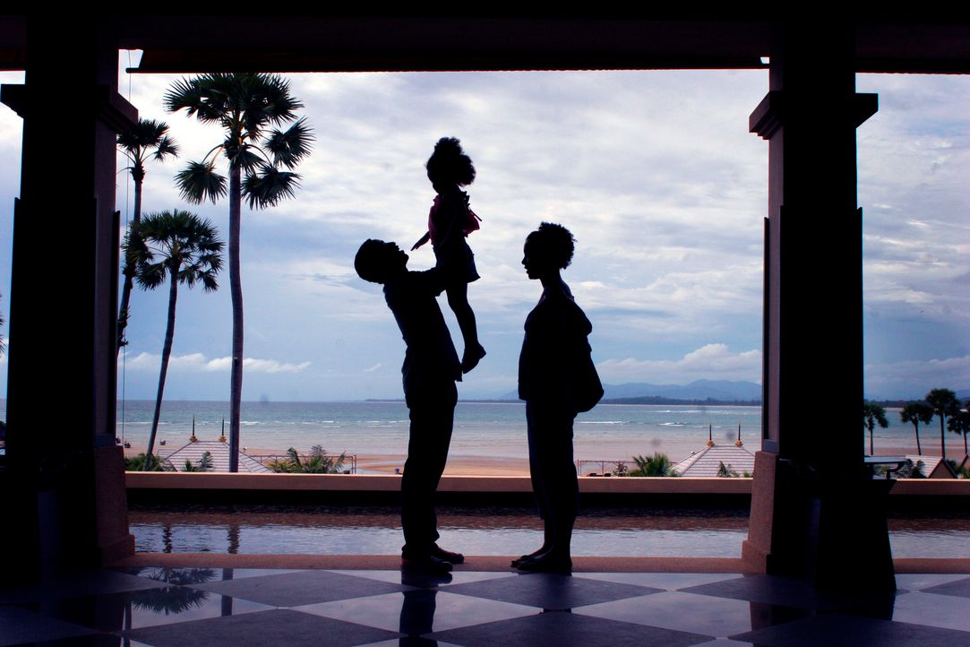 24.12. 2004: Ian (Chiwetel Ejiofor, l.), seine Frau Susie (Sophie Okonedo, r.) und Tochter Martha (Jazmyn Mabaso, M.) kommen in Khao Lak an. Am näch... - Bildquelle: Kerry Brown 2006 Home Box Office Inc. All Rights Reserved.