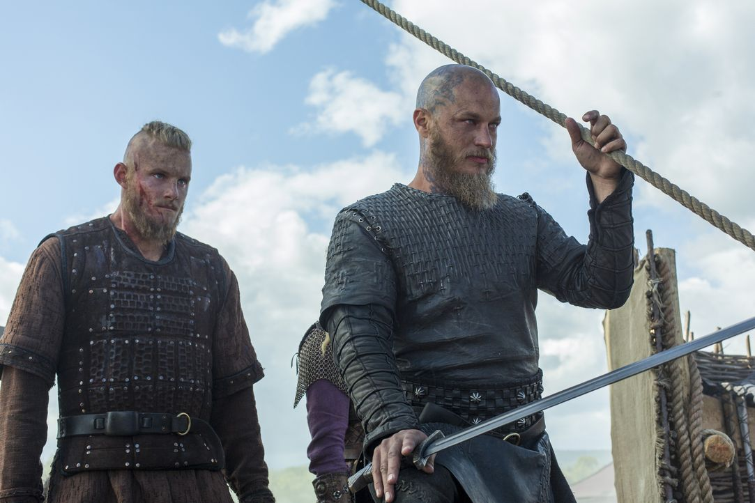Ragnar (Travis Fimmel, r.), und Bjorn (Alexander Ludwig, l.) und die Wikinger haben es endlich geschafft und lassen ihre Schiffe oberhalb der Seine-... - Bildquelle: 2016 TM PRODUCTIONS LIMITED / T5 VIKINGS III PRODUCTIONS INC. ALL RIGHTS RESERVED.
