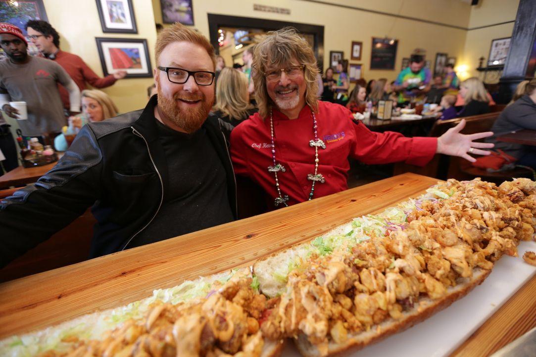 """Heute fährt Food-Fanatiker Josh Denny (l.) nach Atlanta, wo ihm Henry Chandler von """"In Henry's Louisiana Grill"""" sein berüchtigtes """"Big Bayou Monster... - Bildquelle: 2017,Television Food Network, G.P. All Rights Reserved."""