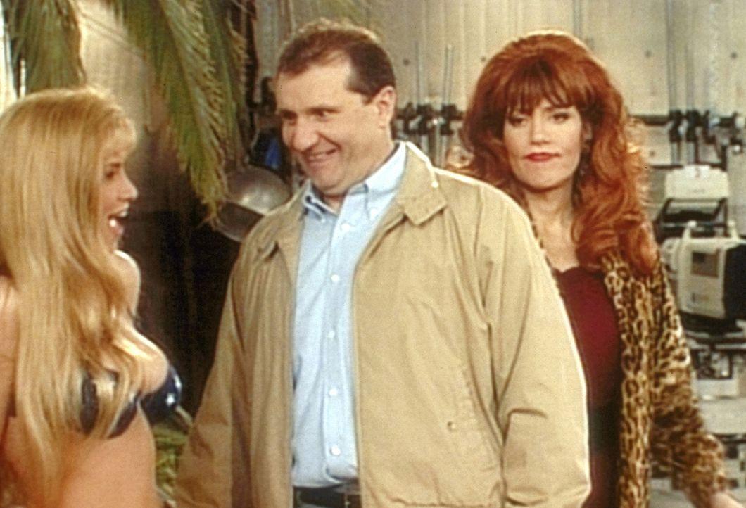 Al (Ed O'Neill, M.) findet an der Bikinidame nicht minder Gefallen als an dem Sportwagen - was Peggy (Katey Sagal, r.) ungern mit ansieht. - Bildquelle: Sony Pictures Television International. All Rights Reserved.