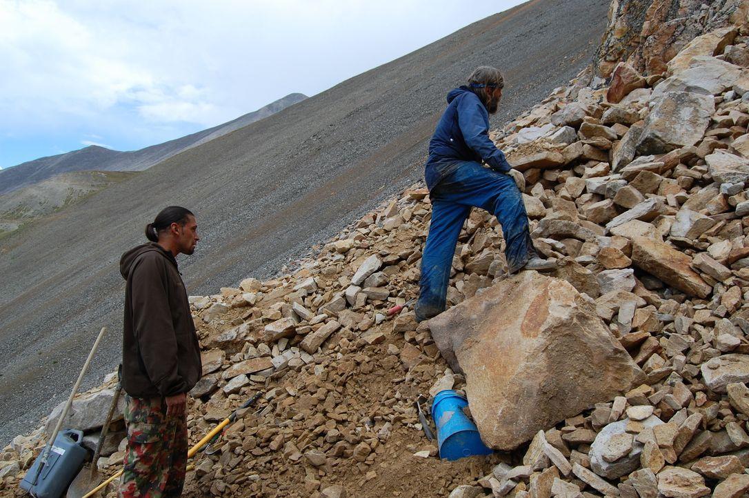 Die Hälfte der Schürfsaison ist bereits vorüber. Können Brian Busse (r.) und sein Sohn Chris (l.) noch genügend Steine zum Überleben finden? - Bildquelle: High Noon Entertainment 2014