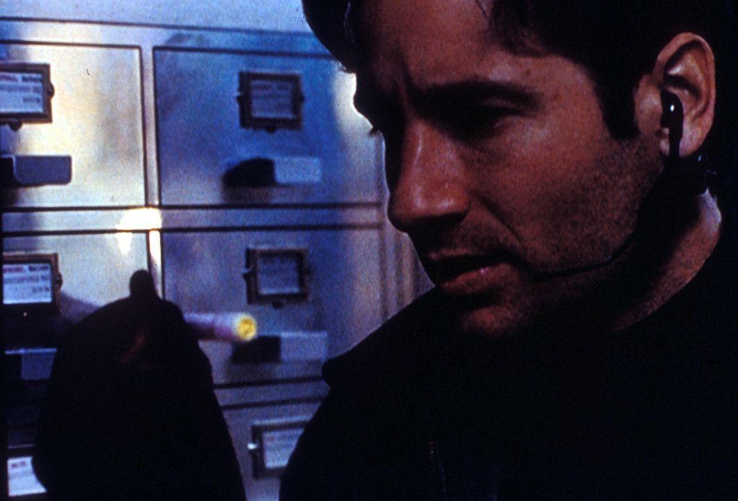 Mulder (David Duchovny) dringt in das Lombard-Forschungsinstitut ein,  um wichtige Informationen über die Strahlungsbehandlung, die bei mehreren Fra... - Bildquelle: TM +   Twentieth Century Fox Film Corporation. All Rights Reserved.