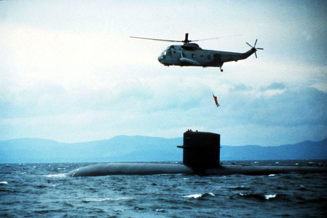 Nur CIA-Agent Jack Ryan (Alec Baldwin) glaubt, dass es sich bei Ramius um einen Überläufer handelt. Er geht an Bord des U-Boots und nimmt Kontakt mi... - Bildquelle: Paramount Pictures