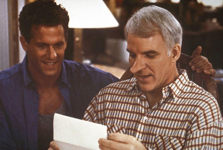 Der gutmütige C. D. Bales (Steve Martin, r.) schreibt im Namen des attraktiven, aber etwas minderbemittelten Chris (Rick Rossovich, l.) glühende Lie... - Bildquelle: Copyright   1987 Columbia Pictures Industries, Inc. All Rights Reserved.