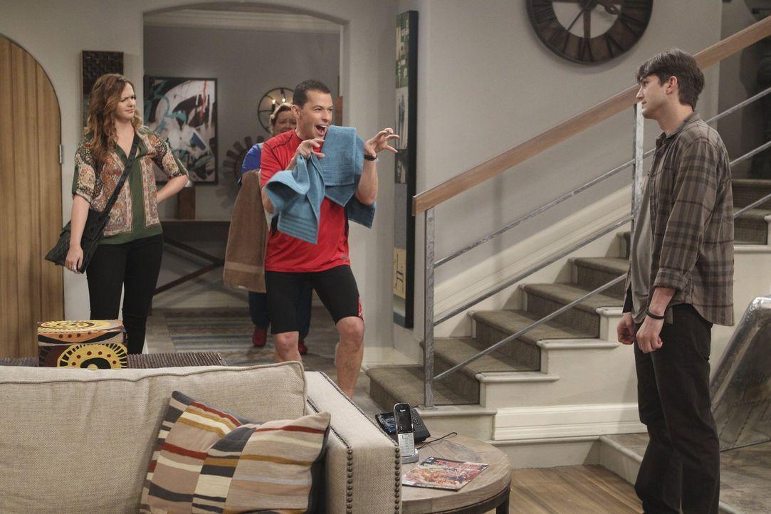 Ein ganz besonderer Moment: Jenny (Amber Tamblyn, l.), Berta (Conchata Ferrell, 2.v.l.), Alan (Jon Cryer, 2.v.r.) und Walden (Ashton Kutcher, r.) ... - Bildquelle: Warner Bros. Television
