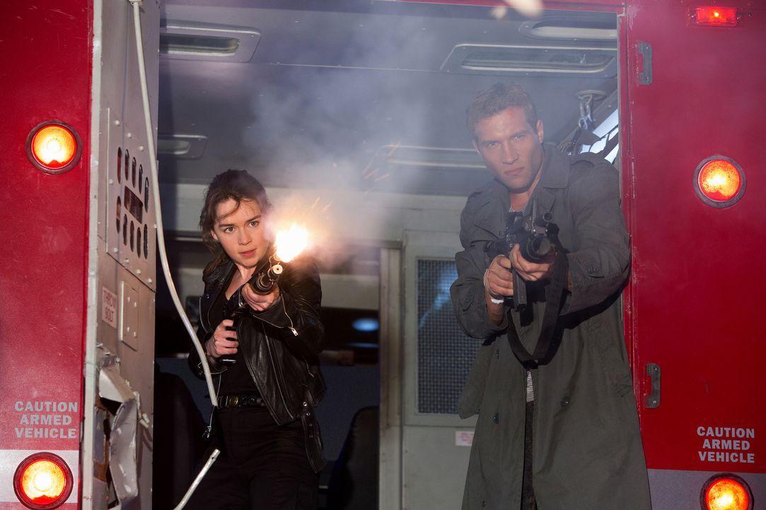 Für Sarah (Emilia Clarke, l.) und Kyle (Jai Courtney, r.) beginnt ein gnadenloser Wettkampf gegen die Zeit. Schaffen sie es rechtzeitig, die Program... - Bildquelle: 2015 PARAMOUNT PICTURES. ALL RIGHTS RESERVED.