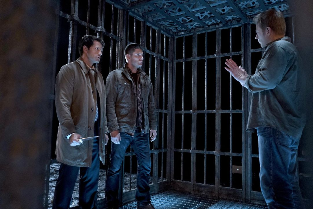 Castiel (Misha Collins, l.) und Dean (Jensen Ackles, M.) statten Lucifer (Mark Pellegrio, r.) einen Besuch ab, in der Hoffnung, ihn zurück in seinen... - Bildquelle: 2014 Warner Brothers