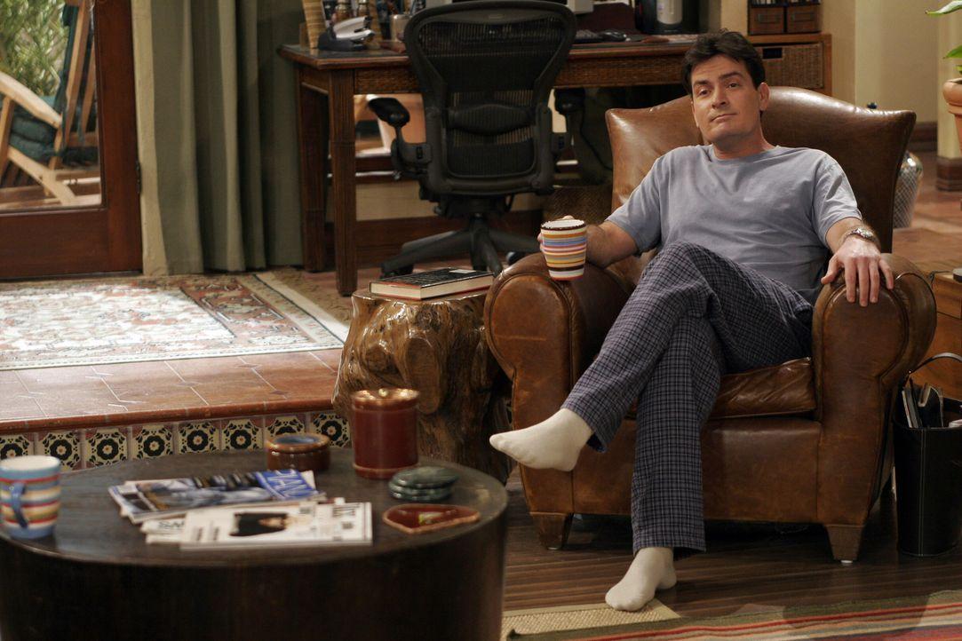 Charlie (Charlie Sheen) geht auf Harrys Beerdigung, um eine Frau aufzureißen ... - Bildquelle: Warner Bros. Television