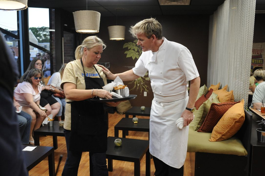 Gordon Ramsay (r.) - Bildquelle: Jeffrey Neira 2009 ITV Studios, Inc. all rights reserved.