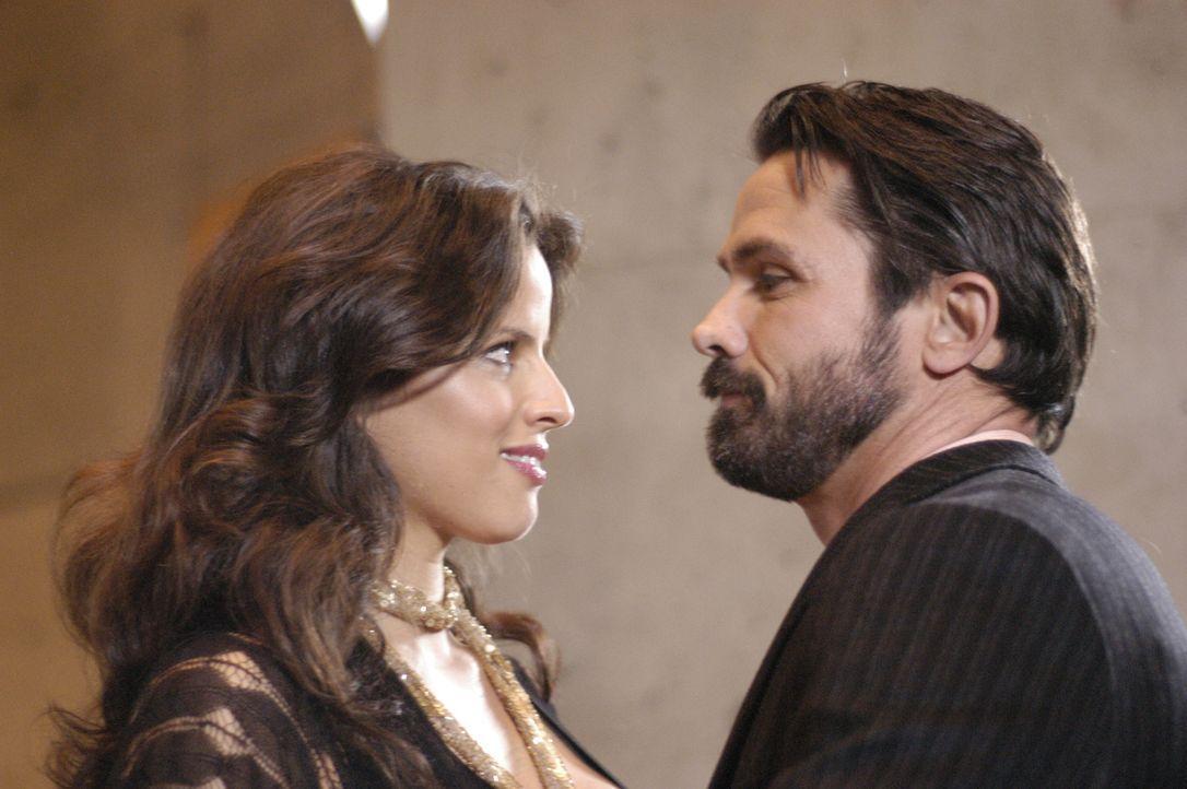 """Chloe Granger (Noa Tishby, l.) nimmt Jordan Colliers (Bill Campbell, r.) Einladung an, um im """"4400 Center"""" ihre verborgenen Fähigkeiten zu erwecken... - Bildquelle: Viacom Productions Inc."""