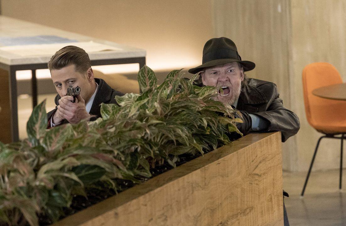 Gordon (Ben McKenzie, l.) und Bullock (Donal Logue, r.) versuchen, Jerome einen Schritt voraus zu sein, doch das ist gar nicht so einfach ... - Bildquelle: 2017 Warner Bros.