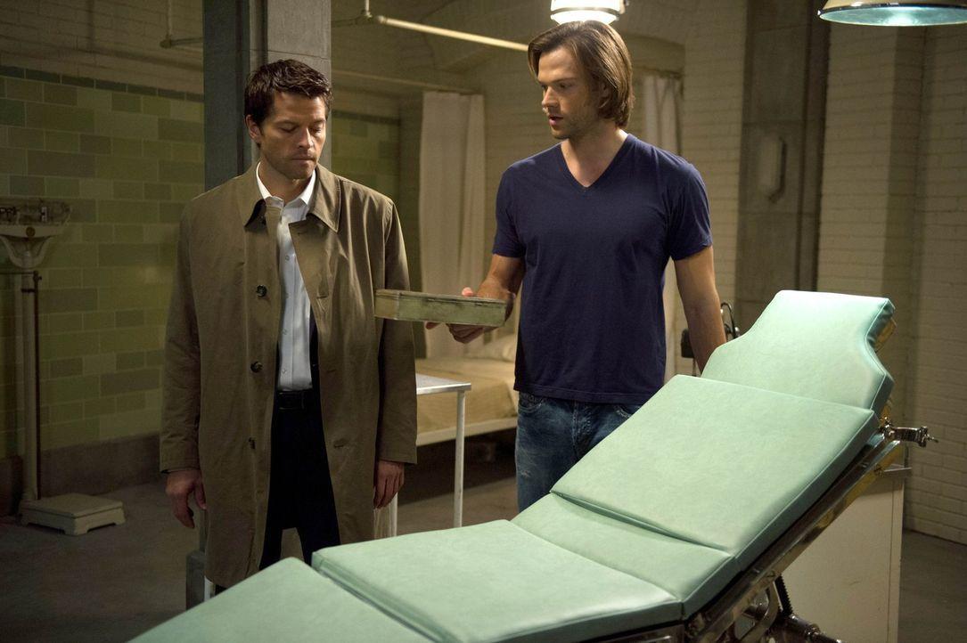 Als Castiel (Misha Collins, l.) erkennt, dass in Sam (Jared Padalecki, r.) noch ein wenig von Gadreels Gnade zurückgeblieben ist, entwickelt er eine... - Bildquelle: 2013 Warner Brothers