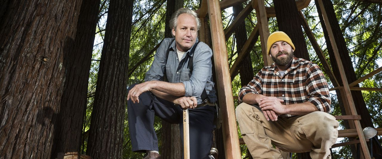 """Die Treehouse Guys James """"B'fer"""" Roth (l.) und Chris """"Ka-V"""" Haake (r.) denken groß. Denn für sie ist kein Baum zu hoch und kein Projekt zu komplizie... - Bildquelle: 2015, DIY Network/Scripps Networks, LLC. All Rights Reserved."""