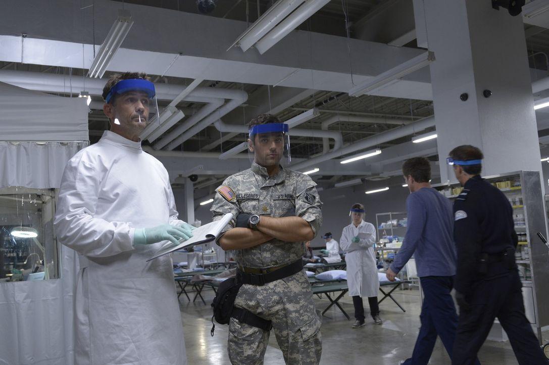 Alan (Billy Campbell, l.) erfährt von Dr. Hatake von weiteren tödlichen Viren, die auf der Station gezüchtet werden. Weiß auch Major Balleseros (Mar... - Bildquelle: 2014 Sony Pictures Television Inc. All Rights Reserved.