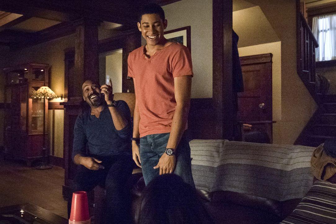 Das Verhältnis zwischen Joe (Jesse L. Martin, l.) und Wally (Keiynan Lonsdale, r.) wird immer besser, ganz anders als die Beziehung zwischen Barry u... - Bildquelle: Warner Bros. Entertainment, Inc.