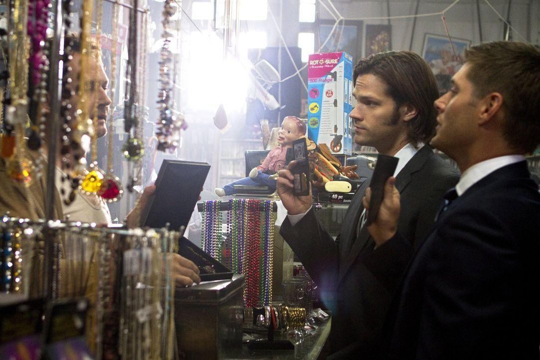 In Lily Dale, der Stadt mit den meisten Hellsehern in Amerika, untersuchen Sam (Jared Padalecki, M.) und Dean (Jensen Ackles, r.) grausame Morde an... - Bildquelle: Warner Bros. Television